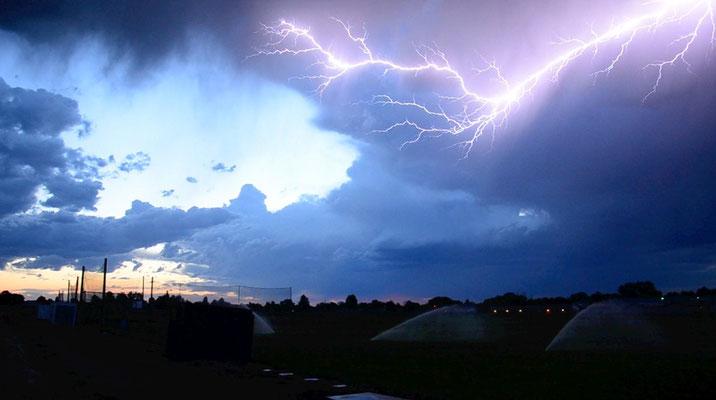 Raio nuvem-céu visto em Idaho, EUA, em 22/06/2011. Foto de Jeremy Erickson.