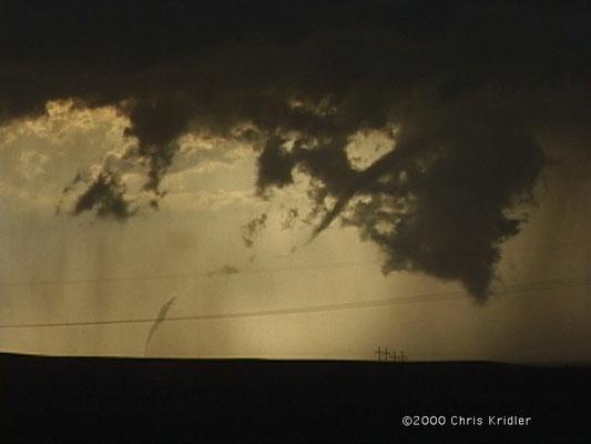 Tornado descontínuo visto em 16/05/2000, em Guernsey, Wyoming, EUA. Foto de Chris Kridler.