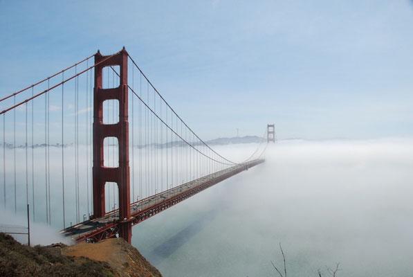 Nevoeiro encobrindo a ponte Golden Gate, em São Francisco, Califória, EUA, em 29/08/2008. Foto de Bob.
