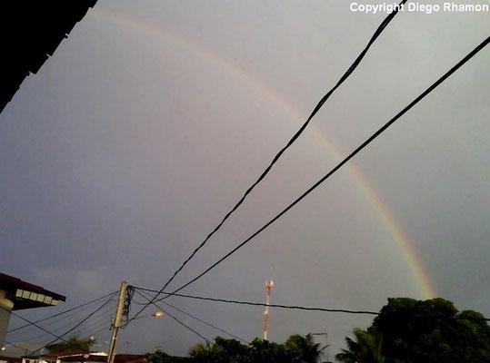 Arco-íris primário visto em João Pessoa, Paraíba, em 30/05/2009.