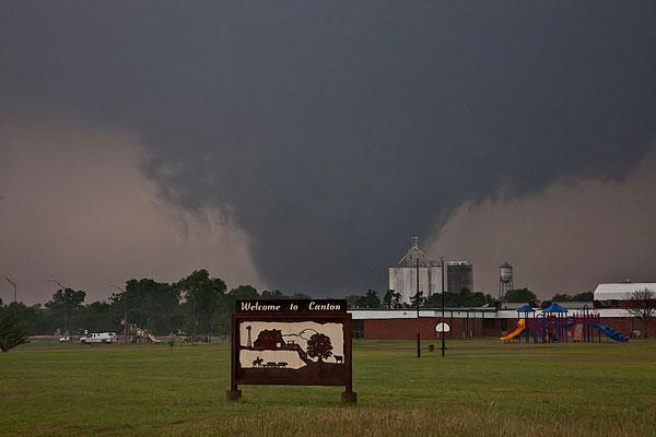Tornado cunha visto em 24 de maio de 2011, em Canton, Oklahoma, EUA. Foto de Roger Hill.