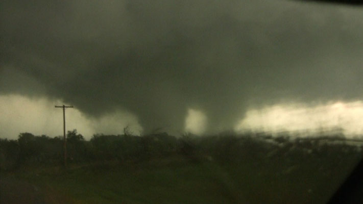 Tornado de vórtices múltiplos visto em Tushka, Oklahoma, EUA, em 14/04/2011. Foto de Gabe Garfield e Marc Austin.