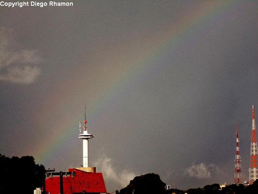 Arco-íris geminado visto em João Pessoa, Paraíba, em 09/04/2014.