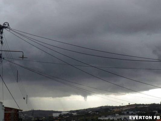 Nuvem funil vista em Campina Grande, Paraíba, em 24/10/2013. Foto de Everton Araújo.