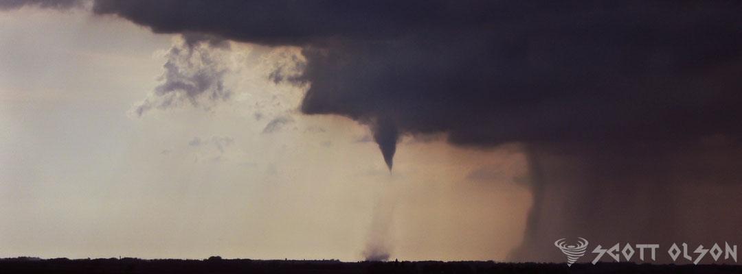 Tornado pela metade visto em Badger, Dakota do Sul, EUA, em 04 de julho de 2014. Foto de Scott Olson.