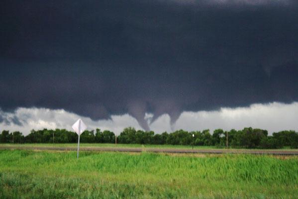 Tornado de vórtices múltiplos visto em Dupree, Dakota do Sul, EUA, em 16/06/2010. Foto de Ben Toms.