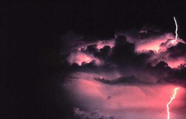 Raio nuvem-céu visto em Norman, Oklahoma, EUA.