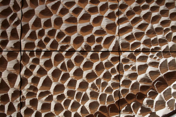 Durch die Wabenstruktur der Wände wird der Schall gleichmäßig im Raum verteilt.