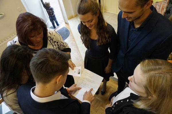 Jugend bespricht die wichtigsten Details vor dem Gottesdienst