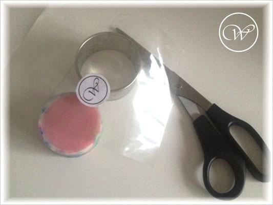 Benötigt werden: Runde Form in der Größe der Seife, Rundseife, Cellophan, Schere und etwas zum Festkleben (Sticker oder Klebeband)