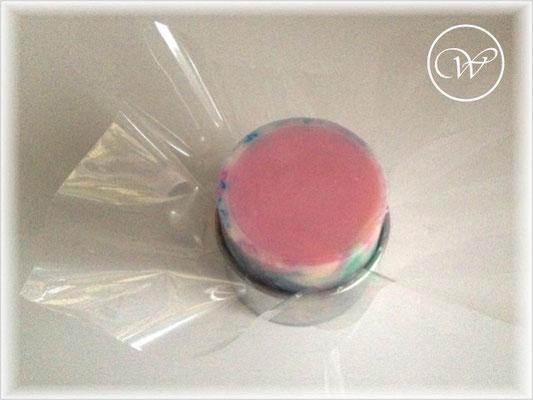Cellophan auf die runde Form (hier ein großer Ausstecher) legen und die Seife einfach darauf platzieren.