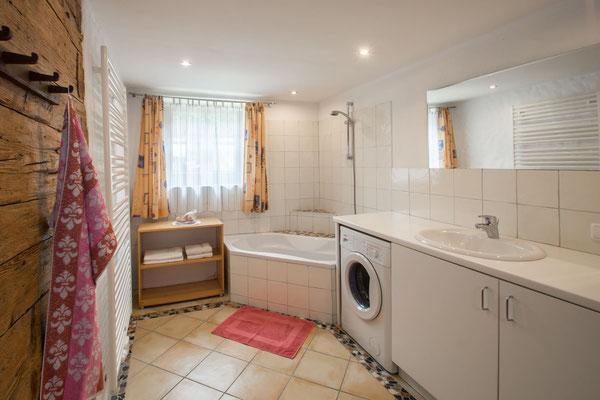 Bad 1 mit Waschmaschine und Badewanne