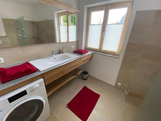 Ein zweites Bad mit Dusche und Waschmaschine