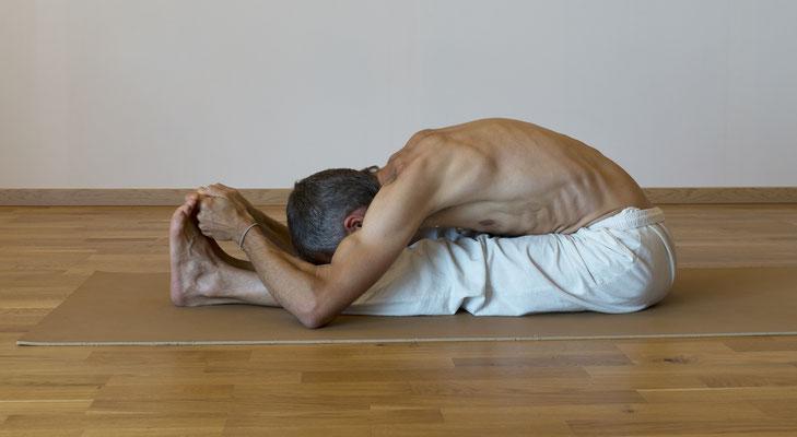 La flexion avant (Paschimothanasana)