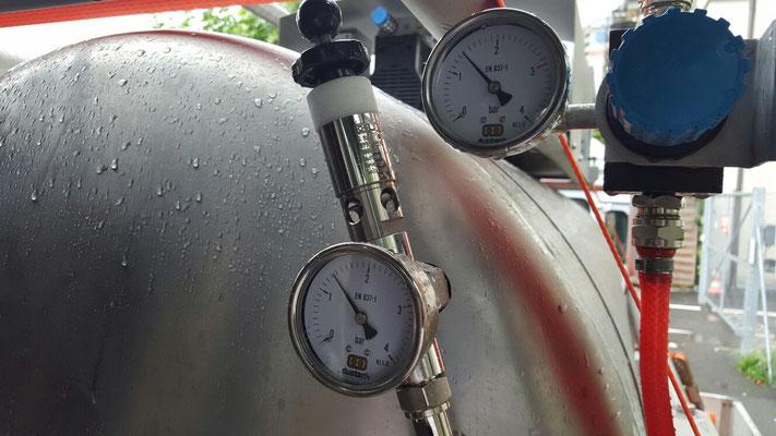 mit Pressluft wird Gegendruck erzeugt, dass das Bier beim einfüllen nicht schäumt.
