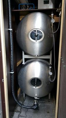 zwei Tanks à 1000 ltr. übereinander - gekühlt auf 2 Grad C.