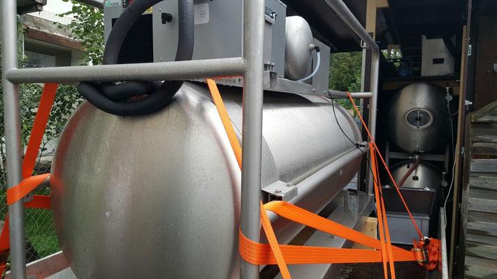indem am Transporttank der Druck erhöht - beim Lagertank der Druck abgelassen wird.