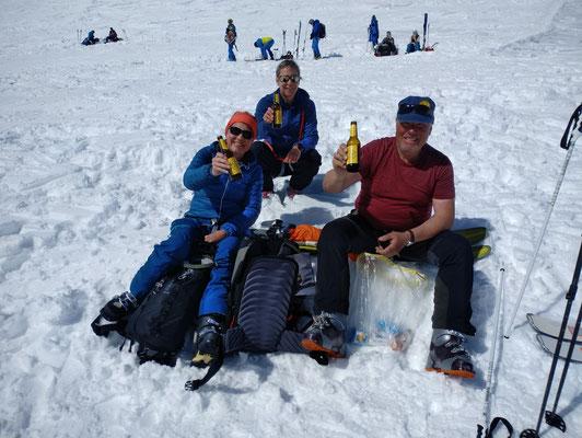 Nach dem langen Aufstieg auf die Lötschenlücke hat man sich ein (Jungfrau)Bier verdient. Prost!