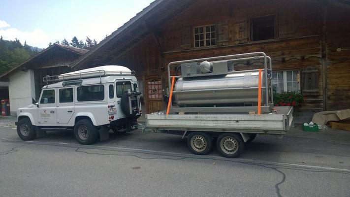 Unser Transporttank auf dem Anhänger - ein neuer Anhänger Planenverdeck ist bestellt.