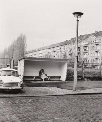 Frau im Wartehaus, Cantianstrasse, 1983