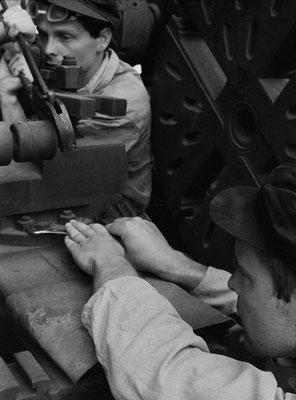 Fleißige Hände bei der Erfüllung der Wirtschaftspläne - die Basis unserer volkseigenen Industrie / Diligent hands in fulfilling the economic plans - the basis of our state-owned industry