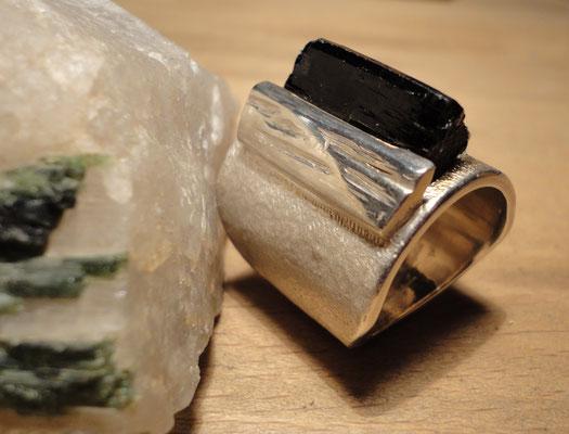 Silberring mit ungeschliffenem dunkelgrünem Turmalin (925 Sterlingsilber) Preis: CHF 480.-