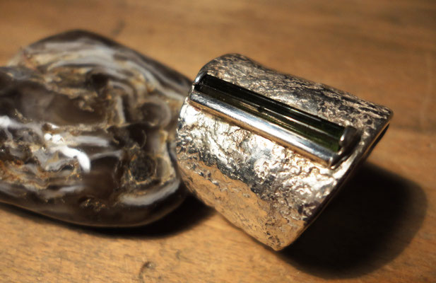 Silberring mit schlanker, dunkelgrüner Turmalin-Nadel (925 Sterlingsilber) Preis: CHF 420.-