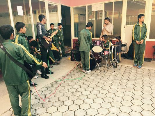 Shishir bittet singend um Opfergaben und wird musikalisch unterstützt. Das Schlagzeug haben wir allerdings nicht mitgeschleppt.