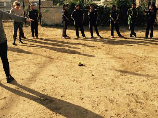 """Beim zweiten Spiel kommt ein Ball auf eine kleine Plattform in die Mitte. Drum herum ist ein """"Säurebad"""". Weder der Ball noch die Kids dürfen hineinfallen."""