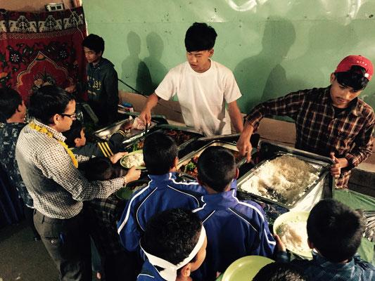 Razma, eine vorzügliche Gemüsemischung, zartes (fast knochenloses) Hähnchenfleisch, Joghurt mit frischem Obst … Und alle (auch die Kinder) essen sogar mit einem Löffel. Sowas gibt es in Nepal wohl jedes Jahr wirklich nur einmal.
