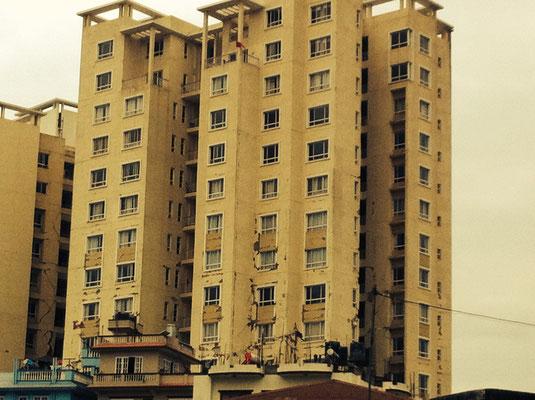 Das Park View Horizon – eine Hotelanlage, die illegal errichtet wurde und eigentlich einer Erdbebenstärke von bis zu 9 standhalten sollte, und dann bei 7.9 fast einstürzte.