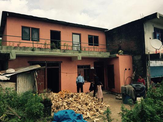 Das Haus von Raj Kumars Eltern sticht aus der Masse der Wellblechhütten heraus. Als Einziges hat es das Erdbeben überstanden.