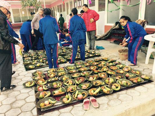 Am Hauptfesttag werden Teller aus Blättern des Salbaumes mit allerlei Leckereien gefüllt.