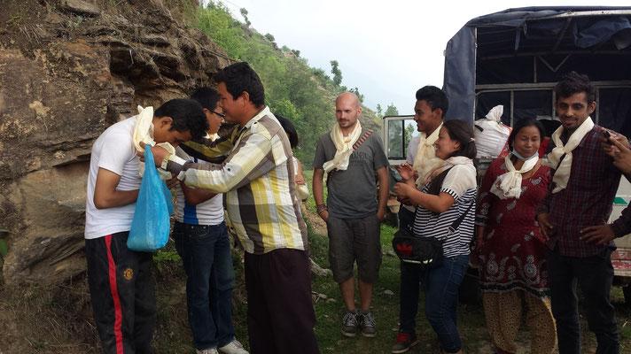 Als wir im Dorf ankommen, werden wir herzlich empfangen und mit Schleifen begrüßt, auch kocht man uns ein leckeres Dal Bhat und gibt uns selbstgebrauten Wein. (Den allerdings keiner trinkt … außer dem Fahrer. :D)