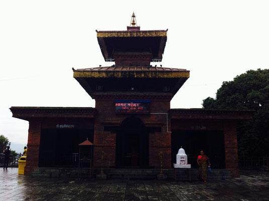 Natürlich gibt es auch hier eine Tempelanlage. Pokhara wurde vom Beben größtenteils verschont, daher ist alles intakt.
