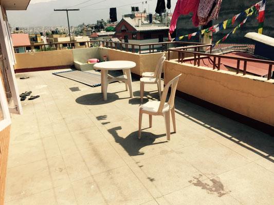 Auf der Dachterrasse vor dem volunteer-Apartment ist sogar eine eigene Waschstelle, damit man den armen didis nicht ständig in die Quere kommt. :)