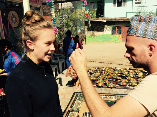 Auch ich male Gwen ein Tika. Navaraj erklärt, die Tika-Traditionen variieren – es sei nicht überall Brauch, dass auch der Bruder der Schwester ein Tika malt. Ihm ist es aber wichtig, dass die Kinder das tun, denn es geht ja um gegenseitigen Respekt.