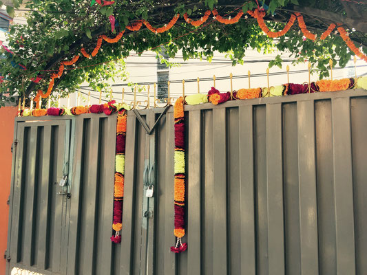 An jedem Tor befindet sich viel Blumenschmuck, denn die Göttin Lakshmi soll sich ja willkommen geheißen fühlen, …