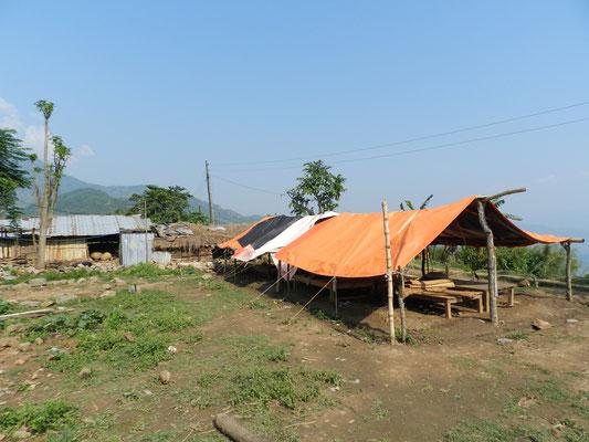 Manche Betten, die das Beben überstanden haben, wurden auf den Hof gestellt und mit Zeltplanen überdacht. Not macht erfinderisch.
