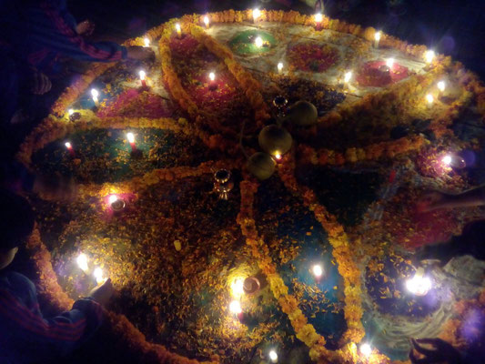 … sodass der Blumenschmuck am Boden abends wunderschön beleuchtet wird.
