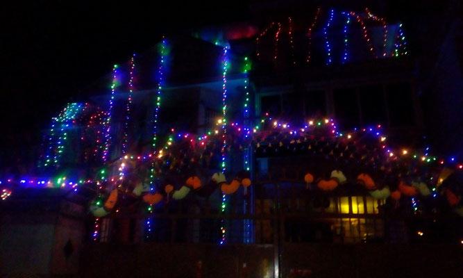 Unser Haus versinkt im Schein der Lichterketten.