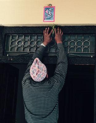 Als Erstes weiht Uncle das Haus – und zwar den Haupteingang des Gebäudes, wo das Oberhaupt der Familie wohnt. Dazu nimmt er (mit bloßen Händen) Kuhdung und bestreicht damit den Sturz.
