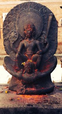 Vishnu reitet auf Garuda, seinem Tier (halb Mensch, halb Adler). Dieses Bild ist eines der wichtigsten und bekanntesten des Hinduismus und ziert auch den 10-Rupien-Schein.