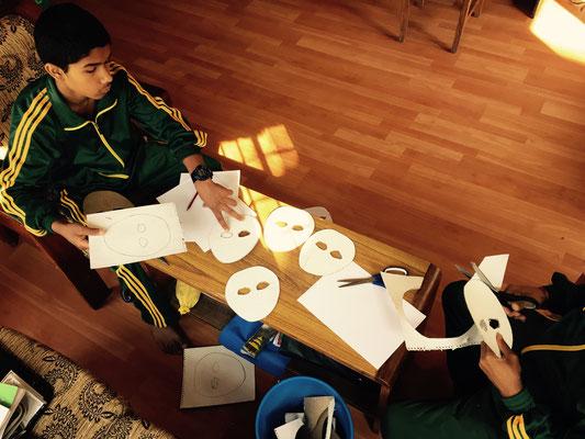 Parallel zum Ganzen wird das Festprogramm vorbereitet. Mit Ramesh und Prakash schneide ich weiße Masken aus.