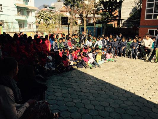 Zu Beginn des Programmes nehmen alle Kids auf dem Hof des neuen Hauses Platz.