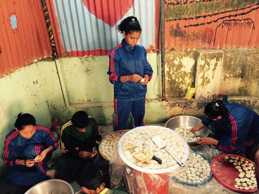 In stundenlanger Arbeit werden Hunderte Momos hergestellt. Wir beginnen um 12 Uhr mittags, die ersten Kinder essen zwei Stunden später.