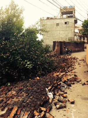Zerstörungen vor unserem Eingangstor (1)