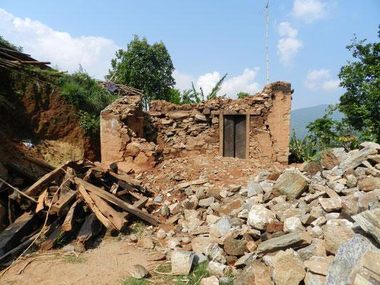 Nachdem alles verteilt ist, werden wir durch das völlig zerstörte Dorf geführt.
