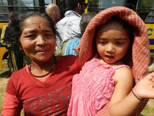 Dipendras Mutter mit ihrer Enkelin, Dipendras Nichte