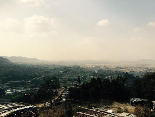 Von hier hat man einen schönen Ausblick auf das versmogte Kathmandu.